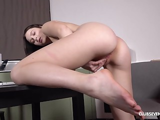 Solo Nikki Wen takes good dealings with her wet pussy