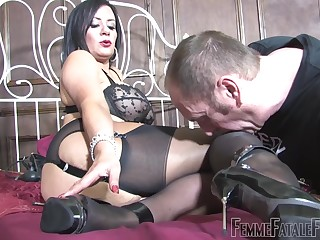 Dirty slut Mistress R'eal sits on the face of the brush starring role waiting upon
